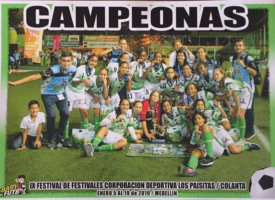 Manuela Roa campeona con su equipo de fútbol